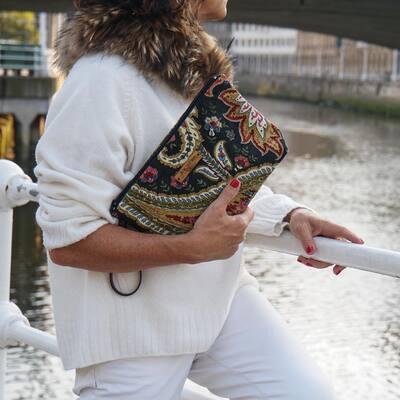 y como queda la cartera cachemira conjuntada con blanco? me encanta!