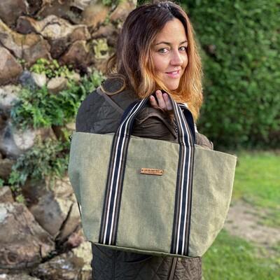 𝐒𝐡𝐨𝐩𝐩𝐞𝐫 𝐋𝐨𝐢𝐫𝐚 𝐤𝐚𝐤𝐢 El bolso que te acompañará en tu día a día, con su doble asa  #shopperbag #madetolast #custombag